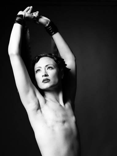 как женщина показывает свою грудь